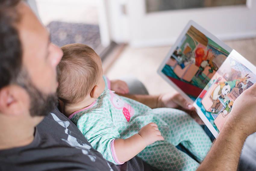 Папа и сын читают сказку